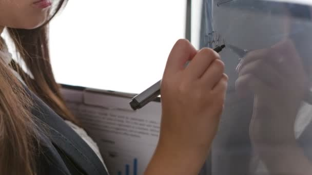 Mujer de negocios de cálculos matemáticos sobre placa de cristal — Vídeo de stock
