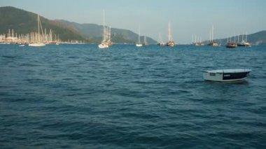 在海滩的背景下许多船只的船. — 图库视频影像