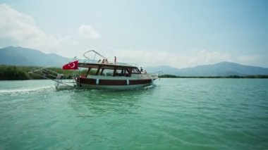 Speed boat floating in the River Dalyan with vacationers. Turkish praport. — Stock Video