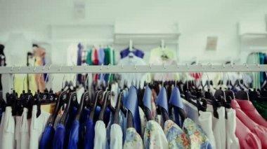 ハンガーに異なる色のファッションの服の選択 — ストックビデオ