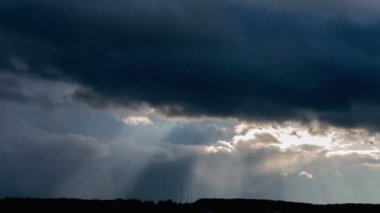 Paprsek slunce prorážet temné mraky. — Stock video