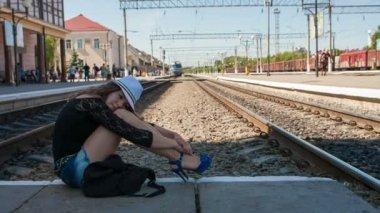 Dívka na platformě čekání na — Stock video