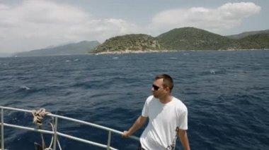 Man op zeilboot, ontspanning in luxe zee cruise, zomer vrijetijd op het vervoer over water, vrijheid en genot concept — Stockvideo