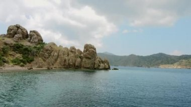 Aegean sea landscape view of water and cliff mountains. Near the Tooth Island in Marmaris. — Stock Video