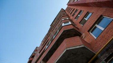 Ve desde abajo en el edificio rojo — Vídeo de stock
