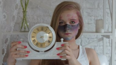 Blonde with makeup Indian art showing extends the camera clock — Wideo stockowe