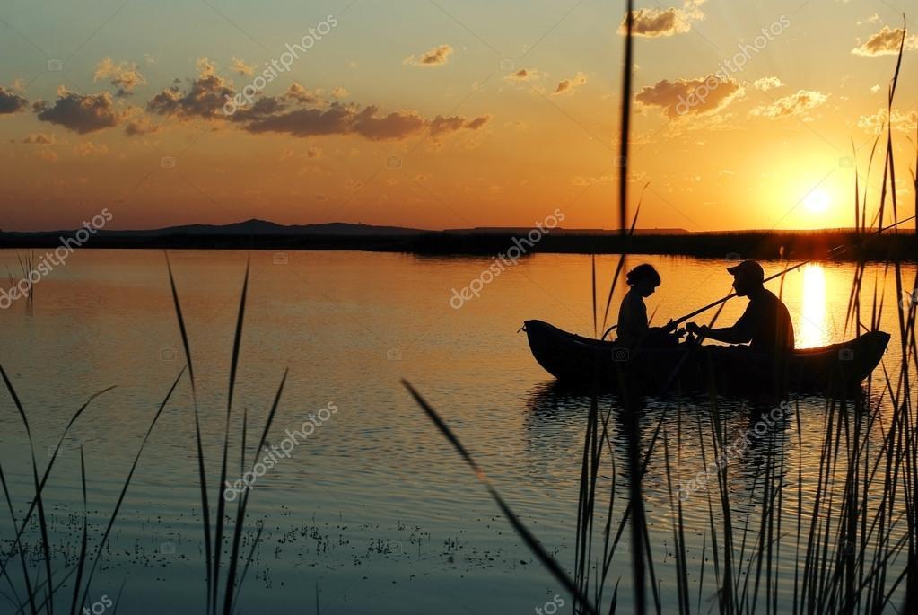 картинка рыбак в камышах