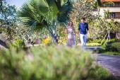 Heureux jeune couple marchons ensemble — Photo
