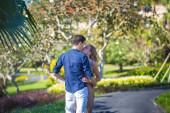 šťastný mladý pár spolu chodit — Stock fotografie