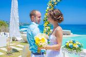 Ceremonie van het huwelijk bij de tropische kustlijn — Stockfoto