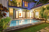 Tropical villa with a pool. — Stok fotoğraf