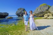 Loving Wedding Couple on Ocean Coastline. — Stock Photo