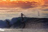 Серфер на удивительные волны — Стоковое фото