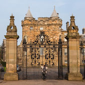 Entrance gates to the Palace of Holyroodhouse in Edinburgh, Scot — Stock Photo