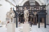 伦敦,英国 — — 8 月 24 日 2014年: 维多利亚和阿尔伯特博物馆。v & 博物馆是世界上最大的装饰艺术与设计博物馆. — 图库照片