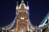LONDON, UK - AUGUST 11, 2014: Tower bridge on the river Thames in night lights — Stockfoto