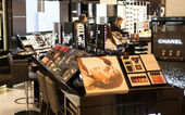 LONDON, UK - AUGUST 16, 2014: Harrods interiors with cosmetic products display — Stock Photo