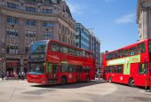 LONDON, UK - JULY 29, 2014: Regent street in London, tourists and busses — Foto de Stock