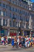LONDON, UK - JULY 29, 2014: Regent street in London, tourists and busses — Stockfoto