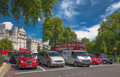 LONDON, UK - SEPTEMBER 30, 2014: Traffic waiting to green signal. Green park junction — Stock Photo