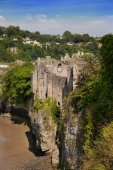 CHEPSTOW CASTEL, WALES, UK - 26 JULY 2014: Chepstow castel ruins, Foundation, 1067-1188. Situated on bank of the River Wye — Stockfoto