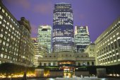 LONDON, UK - JUNE 14, 2014: Canary Wharf at dusk, Famous skyscrapers of London's financial district at twilight. — Stockfoto