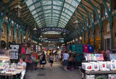 LONDON, UK - 22 JULY, 2014: Covent Garden market, one of the main tourist attractions in London, known as restaurants, pubs, market stalls, shops and public entertaining. — Stock Photo
