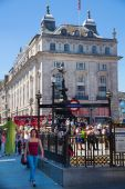 LONDON, UK - SEPTEMBER 30, 2014: People and traffic in Piccadilly Circus in London. Famous place for romantic dates.Square was built in 1819 to join of Regent Street — Stock Photo