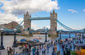 LONDON, UK - AUGUST 16, 2014: Tower bridge and river Thames South bank walk. — Stockfoto