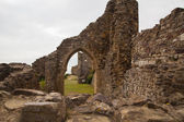 HASTINGS, UK - SEPTEMBER 27, 2014: Old castel ruins and town view from the castle's mounting — Stockfoto