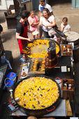 Paella au Covent Garden market, une des principales attractions touristiques de Londres, connu comme restaurants, pubs, étals de marché, boutiques et public divertissant. — Photo