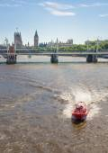 Centre of London view from the London bridge. Big Ben, Parliament, London eye and passing boats on river Thames — Stock Photo