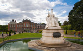LONDON, UK - AUGUST 16, 2014: Kensington palace and gardens — Stock Photo