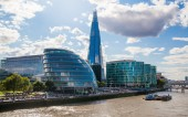 Shard of glass on river Thames. Modern London architecture — Stockfoto