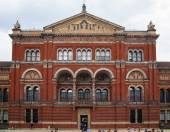 LONDON, UK - AUGUST 24, 2014: Victoria and Albert Museum historic building. V&A Museum is the world's largest museum of decorative arts and design. — Zdjęcie stockowe