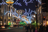 LONDON, UK - NOVEMBER 30, 2014: Black Friday weekend in London the first sale before Christmas. Regent street beautifully decorated with Christmas lights. Roads were open for pedestrians only — Foto de Stock