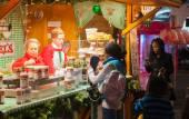 Londres, Leicester square tradicional feria con taburetes, carrusel, premios a ganar y la actividad de Navidad. Personas y familias disfrutando la noche de Navidad humor — Foto de Stock