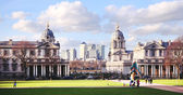 LONDON UK - MAY 15, 2014: View on business district Canary Wharf from old English park, south of London — Стоковое фото