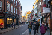 Trinity street with lots of shops and cafes, Cambridge — Stock Photo