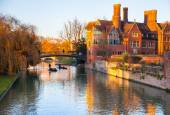 CAMBRIDGE, UK - JANUARY 18, 2015: River Cam and tourist's boat — Stock Photo