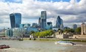 London, Velká Británie - 16 srpna 2014: Pohled na londýnské City od řeky Temže. Moderní architektura Londýn — Stock fotografie