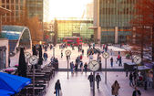 LONDON, UK - NOVEMBER 29, 2014: Canary Wharf square with lots of office workers — Stock Photo