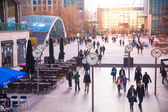 LONDON, UK - NOVEMBER 29, 2014: Canary Wharf square with lots of office workers — Стоковое фото
