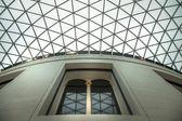 LONDON, UK - NOVEMBER 30, 2014: British museum  interior of main hall with library building in inner yard — Stock Photo