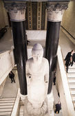 LONDON, UK - NOVEMBER 30, 2014: British museum side entrance with Indian God collos sculpture — Stock Photo