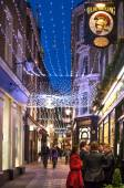 LONDON, UK - DECEMBER 19, 2014: Old City street leading to st. Paul cathedral. Street view with evening lights and public house — 图库照片