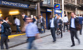 LONDON, UK - APRIL15, 2015: City of London, tube commuters walking in front of London's tube station. Business people blur. — Foto de Stock