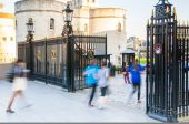 LONDON, UK - APRIL15, 2015: People blur. Tourists walking in to the  to the Tower gate. — Foto Stock