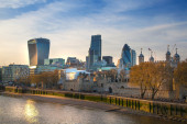 LONDON, UK - APRIL15, 2015: City of London and Tower on the river Thames in sun set light — 图库照片