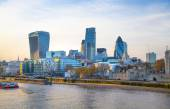 LONDON, UK - APRIL15, 2015: City of London and Tower on the river Thames in sun set light — Stockfoto